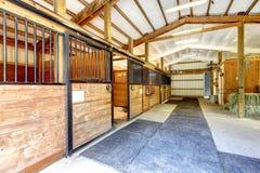 La stalla dell'azienda agricola del cavallo ha sparso l'interno. immagini stock