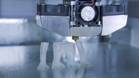 la stampa della stampante 3D l'essere umano gradisce la scimmia facendo uso del filamento di plastica video d archivio