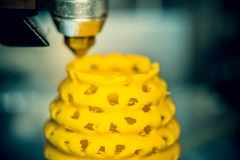 la stampa della stampante 3d obietta il primo piano giallo della forma Fotografie Stock Libere da Diritti