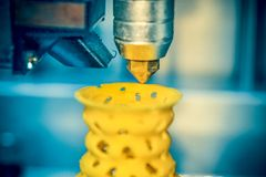la stampa della stampante 3d obietta il primo piano giallo della forma Immagine Stock