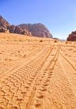 La stampa spinge la jeep sulla sabbia immagine stock