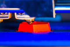la stampante 3d che stampa il rosso modella il primo piano Fotografia Stock