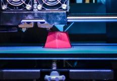 la stampante 3d che stampa il rosso modella il primo piano Immagine Stock Libera da Diritti