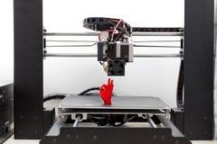 la stampante 3d e è un modello di plastica rossa, mano Fotografie Stock