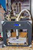 la stampante 3D produce la parte di plastica che è controllata da un programma Immagine Stock