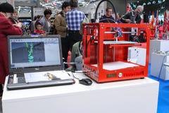 la stampante 3d stampa la figura del drago Fotografia Stock