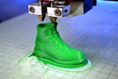 la stampante 3D stampa la forma di verde di plastica fuso Fotografie Stock