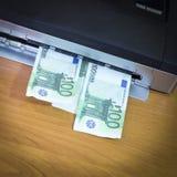 La stampante, il coperchio è aperta Vedete i soldi, euro C'è vignettatura fotografie stock