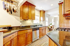 La stanza della cucina con le cime nere del granito e la parte posteriore delle mattonelle spruzzano la disposizione Fotografie Stock Libere da Diritti