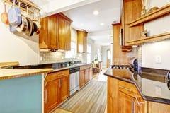 La stanza della cucina con le cime nere del granito e la parte posteriore delle mattonelle spruzzano la disposizione Fotografia Stock