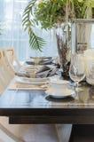 La stanza dinning del lusso con la tavola ha messo sulla tavola Immagini Stock Libere da Diritti