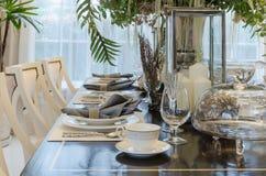 La stanza dinning del lusso con la tavola ha messo sulla tavola di legno Immagine Stock Libera da Diritti