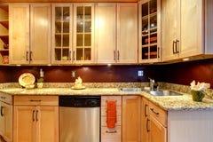 La stanza luminosa della cucina con il mattone ha progettato la parete Immagine Stock