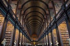 La stanza lunga nella biblioteca di Trinity College, Dublino Fotografia Stock Libera da Diritti