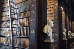 La stanza lunga nella vecchia biblioteca alla Trinity College Dublino Immagine Stock Libera da Diritti