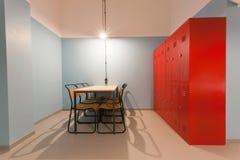 La stanza moderna assomiglia alla prigione con l'armadio del ferro e della tavola in un ostello per gli studenti Fotografia Stock