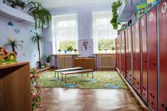 La stanza per i vestiti e gli armadi cambianti per gli effetti personali personali dentro Immagine Stock