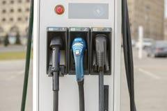 La station de charge électrique pour des véhicules électriques Un remplissage de voiture électrique Photographie stock