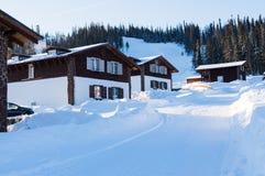 La station de sports d'hiver à la mode dans la forêt d'hiver incline pendant la journée Photos libres de droits