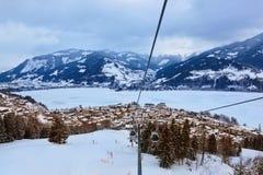 La station de sports d'hiver de montagnes Zell-être-Voient l'Autriche Photographie stock libre de droits