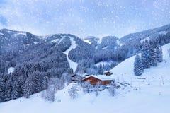 La station de sports d'hiver de montagnes Zell-être-Voient l'Autriche Images libres de droits