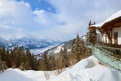La station de sports d'hiver de montagnes Zell-être-Voient l'Autriche Photo stock