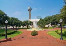 La station de train de Dallas Union, la plaza, et la tour photos libres de droits