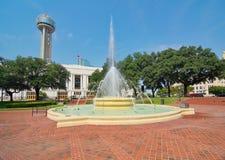La station de train de Dallas Union, la plaza, et la tour image stock