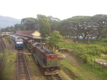 La station de train du Sri Lanka Badulla et le Badulla Colombo s'exercent image stock