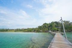 La station de vacances est à côté de la rivière entourée par des arbres au bois de pont Photographie stock