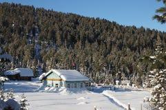 La station météorologique dans les montagnes sibériennes couvertes de neige Photos stock