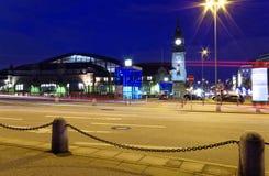 La station principale de Hambourg la nuit avec les voies ferrées et la photo d'horloge de tour a été prise le 10 juillet 2017 Photos stock