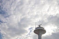 La station radar entre le ` de nuages image libre de droits