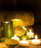 La station thermale et le bien-être plaçant les bougies vertes et jaunes se sont allumés, vert de citron Photographie stock libre de droits