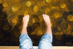 La station thermale et onsen, traitement des pieds par la source thermale et eau naturelle Photo stock