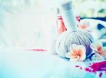 La station thermale ou le fond de bien-être avec le frangipani fleurit, sel de mer et les timbres de fines herbes de massage Image stock