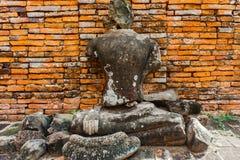 La statua antica di Buddha è muro di mattoni rosso Fotografia Stock Libera da Diritti