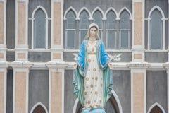 La statua benedetta di vergine Maria che sta davanti a Roman Catholic Diocese Immagine Stock Libera da Diritti