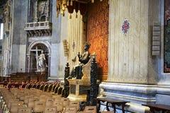 La statua bronzea bronzea di St Peter ha individuato nella basilica Roma del ` s di St Peter fotografia stock libera da diritti