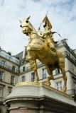 La statua bronzea dorata di Giovanna d'Arco si è vestita in armatura sul suo cavallo è piramidi sul posto prominente visualizzate fotografia stock