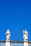 La statua classica bianca ed il volo ventilano in cielo blu Fotografia Stock