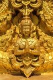 La statua d'innalzamento dorata di angolo della mano fotografie stock