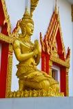 La statua davanti al tempio Fotografie Stock Libere da Diritti