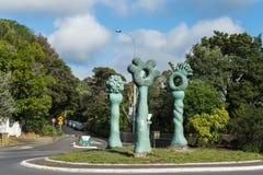 La statua degli indicatori di Bush sulla rotonda di Titirangi immagini stock
