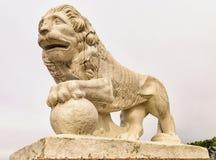 La statua del leone sulla banca occidentale dell'isola di Yelagin Immagini Stock