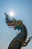 La statua del naga sul fondo del cielo blu in Tailandia Immagini Stock Libere da Diritti