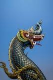 La statua del naga sul fondo del cielo blu in Tailandia fotografia stock