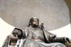 La statua del ` s di Chinggis Khaan sta pulenda in Ulaanbaatar Fotografia Stock Libera da Diritti