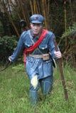 La statua del soldato di A che cammina con il ¼ Œshenzhen, porcellana di Parkï dell'esercito del bastone in rosso Fotografie Stock Libere da Diritti