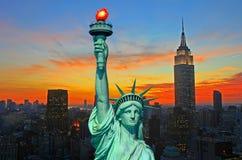 La statua dell'orizzonte di New York City e di libertà Fotografie Stock Libere da Diritti